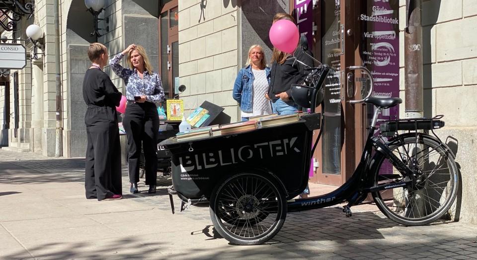 Gävles miniatyrbibliotek far runt på cyklar i Gävle!